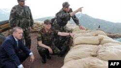Премьер-министр Эрдоган (слева) и генерал Башбуг (второй справа) на турецко-иракской границе, 2010 год