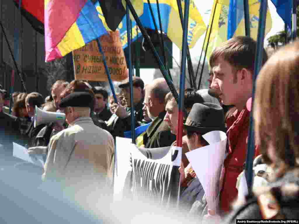 За словами організаторів, протестувальники, зокрема, виступають проти того, що українці в Росії не мають змоги вивчати українську мову в школах на тому рівні, на якому росіяни можуть вивчати свою рідну мову в Україні.