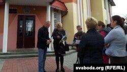 Пазоўнікі каля Рагачоўскага суду