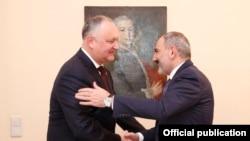 Премьер-министр Армении Никол Пашинян (справа) и президент Молдовы Игорь Додон