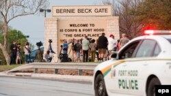 ԱՄՆ - Լրագրողները և ոստիկանության ավտոմեքենան Ֆորթ Հուդ ռազմակայանի մուտքի մոտ, 2-ը ապրիլի, 2014թ․