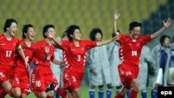 تيم ملی بانوان کره شمالی در دفاع از عنوان قهرمانی و به عنوان تيم رده نخست آسيا، در تمام طول بازی صاحب بخت بيشتری بود و در پايان با حفظ اعصاب خود و برخورداری از ميونگ هويی، دروازه بانی که دو ضربه پنالتی ژاپنی ها را گرفت، به مدال طلا دست يافت .
