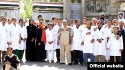 На акции протеста работников госпиталя в йеменском городе Мариб с требованием освобождения похищенной таджикской акушерки Гулрухсор Рофиевой.