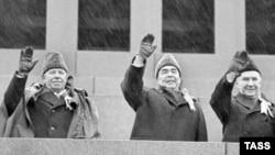 Мікалай Падгорны, Леанід Брэжнеў і Андрэй Касыгін на сьвяткаваньні гадавіны Кастрычніцкай рэвалюцыі ў 1973 годзе
