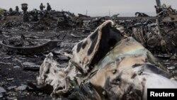 Залишки фюзеляжу збитого «Боїнга-777» недалеко від села Грабове, Донецька область, 9 вересня 2014 року