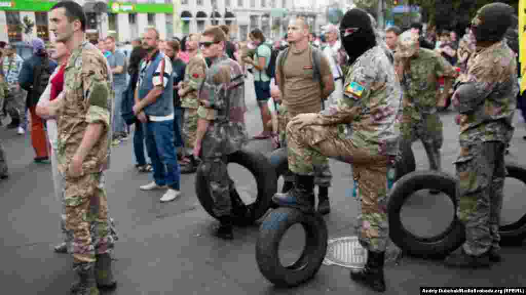Активісти принесли шини на місце проведення мітингу