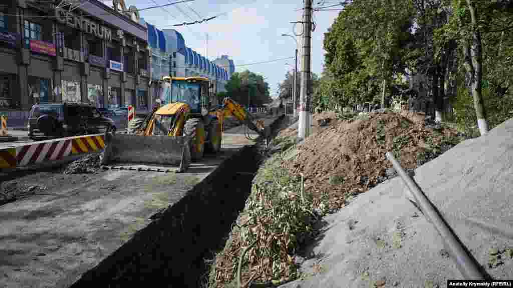 Рабочие с помощью специальной техники снимают старое асфальтовое покрытие на двух полосах движения – от пересечения улицы с переулком Гренажным до пересечения с улицей Козлова