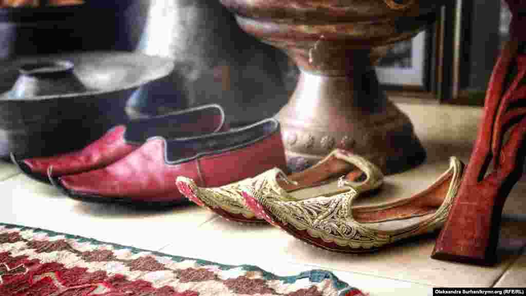 Ібрагімов кілька років поспіль збирає чоловічий і жіночий національні костюми. Каже, що не вистачає тільки деталей. На фото– національне взуття кримських татар, чоловіча і жіноча пари