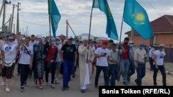 Дулат Ағаділді еске алуға жиналған адамдар. Талапкер ауылы, Ақмола облысы, 8 тамыз 2020 жыл.