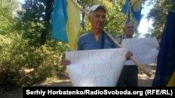 Тим часом, на блокпосту на в'їзді до селища Шуми зібрався пікет із близько десяти людей, які протестують проти спільної з бойовиками інспекції українських позицій