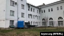 Aqmescitteki Rusiye adliye üniversiteti öğünde suv rezervuarı