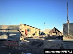 """""""Кирпичный"""" елдімекеніндегі адамдар өз бетімен салып алған тұрғын үйлер. Нұр-Сұлтан, 14 сәуір 2021 жыл."""