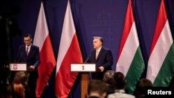 Orbán Viktor (j) és Mateusz Morawiecki lengyel miniszterelnök 2020. november 26-án.