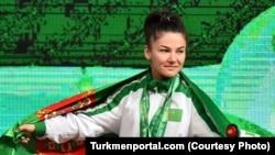 Туркменская штангисткаЮлдуз Джумабаева