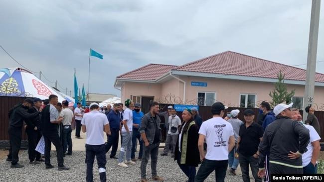 Приехавшие на поминки по Дулату Агадилу у дома, построенного для его семьи. Село Талапкер Акмолинской области, 8 августа 2020 года.