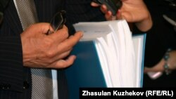 Депутат мажилиса парламента Ирак Елекеев продемонстрировал журналистам объем папки с описанием вносимых в Налоговый кодекс Казахстана поправок. Астана, 13 октября 2010 года.