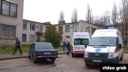 Машини швидкої допомоги доправляють потерпілих внаслідок вибуху в суді до лікарні, Нікополь, Дніпропетровська область, 30 листопада 2017 року
