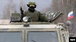 Російський військовий біля української військової бази в Перевальному поблизу Сімферополя, 4 березня 2014 року