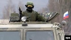 Қырымда ресейлік әскери көлікпен жүрген адам. Симферополь, 4 наурыз 2014 жыл.