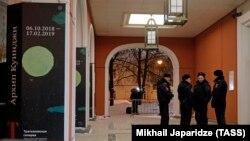 Сотрудники полиции у здания Третьяковской галереи в Москве, откуда была похищена картина Архипа Куинджи «Ай-Петри. Крым»