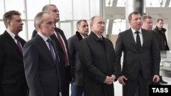 Пред да пристигне во Крим, Путин го посети местото каде се гради мост кој се очекува да го поврзе полуостров со руските територии.
