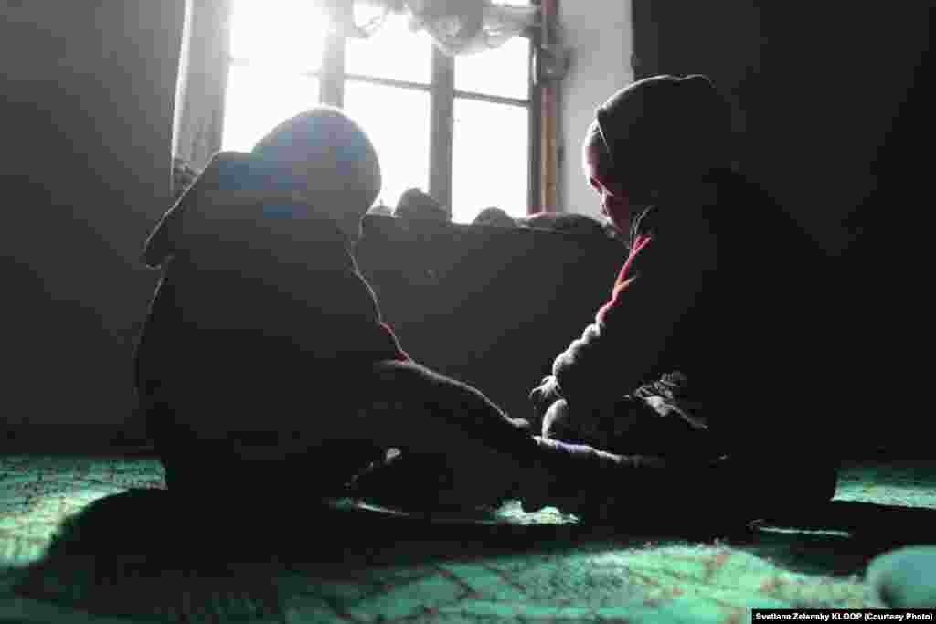 С матерью живет только сын Мырза и двое его детей Курбанбек и Нурайым. После развода невестка оставила детей им.