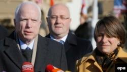 Senatorlar John McCain (solda) və Amy Klobuchar