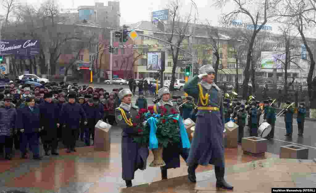 В церемонии возложения цветов к монументу «Рассвет независимости» приняли участие аким города Алматы Бауыржан Байбек, политик и поэт Мухтар Шаханов, писатель Софы Сматаев, представители молодежных организаций.