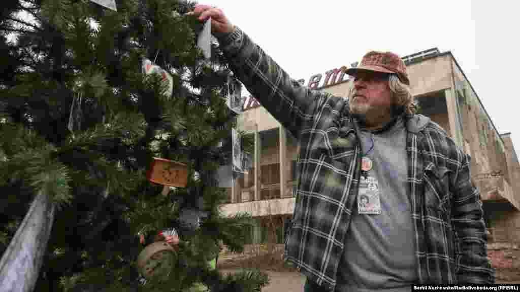 Бывший житель Александр Демидов вешает фотографии на елку. До 26 апреля 1986 года он был диск-жокеем в доме культуры «Энергетик»