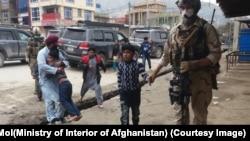 افغان ځواکونه خلک خوندي ځايونو ته رسوي.