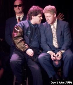Билл Клинтон с братом Роджером (слева)