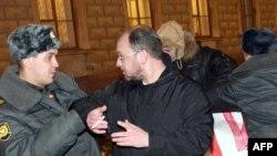 Обычно официальные власти Сакнт-Петербурга гораздо менее обходительны с оппозицией (на фото сотрудник милиции пытается задержать Максима Резника)