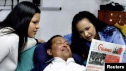 Уго Чавес ауруханада қыздарымен бірге. Гавана, Куба, 15 ақпан 2013 жыл.
