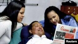 Уго Чавес екі қызымен бірге ауруханада. Гавана, Куба, 15 ақпан 2013 жыл.