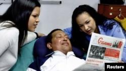Ուգո Չավեսը Կուբայի մայրաքաղաք Հավանայի հիվանդանոցում` երկու դուստրերի հետ, փետրվար, 2013թ.