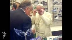 Roma Papası eynək almaq üçün dükana gedib