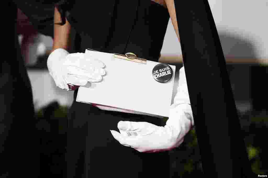 نشان «من شارلی هستم» بر روی کیف امل علمالدین، همسر جورج کلونی.