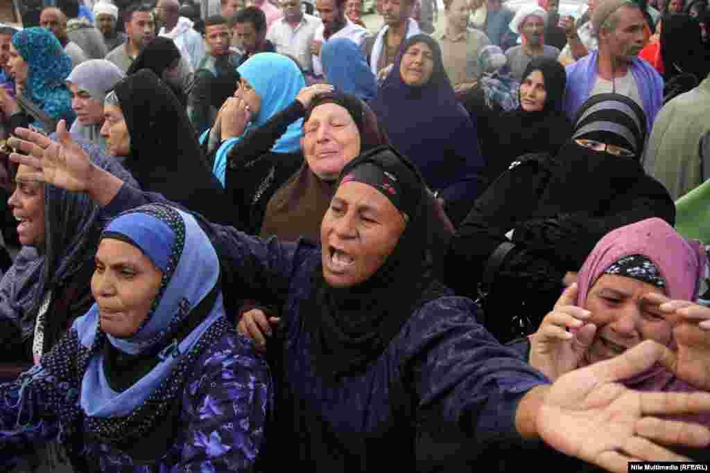 """28 сәуір күні Египет соты, арасында """"Мұсылман бауырлар"""" қозғалысының жетекшісі Мохамед Бади бар, барлығы 683 адамға өлім жазасын тағайындау туралы үкім шығарды. Өлім жазасына кесілгендерге 2013 жылы 14 тамыз күні елдің оңтүстігіндегі Минья провинциясында """"полицейлерге қарсы қастандық ұйымдастырып, өлтіруге қатысы бар"""" деген айып тағылған. Суретте: Өлім жазасына кесілгендердің туыстары шыққан үкімді естіп жылап тұр. Каир, 28 сәуір 2014 жыл."""