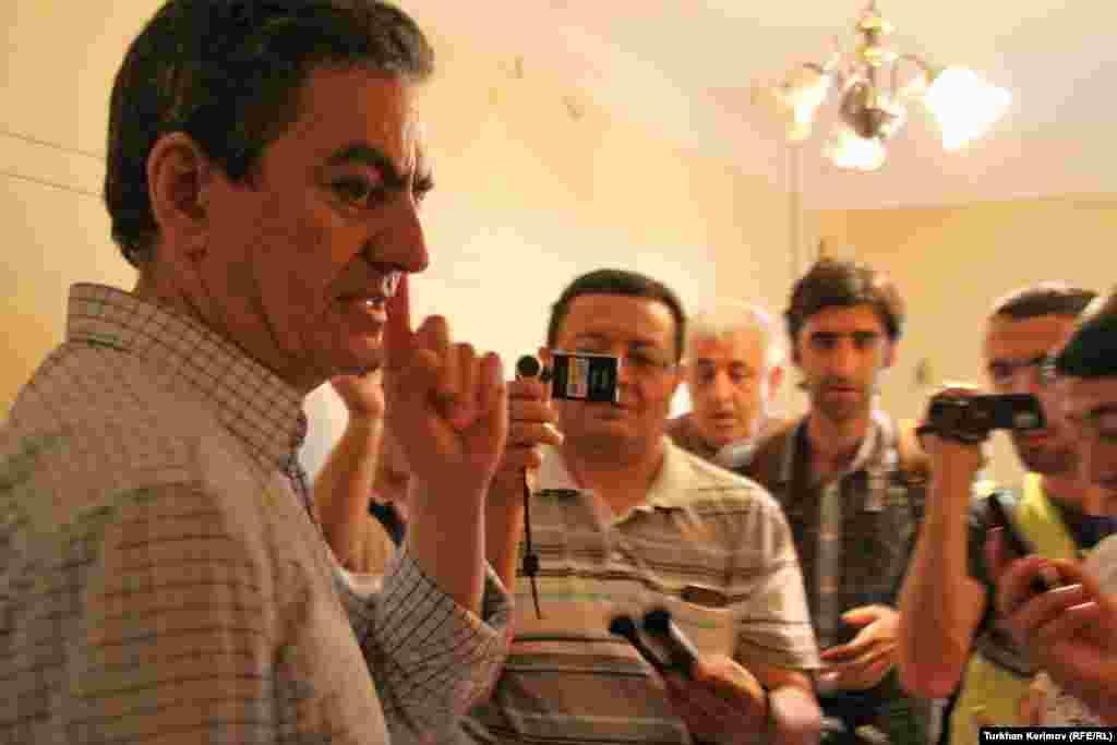 AXCP sədri Əli Kərimli yaşadığı evin qarşısında jurnalistlərə müsahibə verib