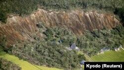 Ацума шаарында зилзалдан кийин жер көчүп, үйлөрдү басып калды. 6-сентябрь, 2018-жыл.