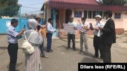 Акция протеста у ворот учреждения ИЧ-167/9 в поселке Шахта-Тогус города Ленгер Туркестанской области. 17 августа 2020 года.
