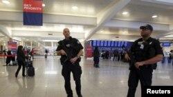 Pamje e pjesëtarëve të policisë në aeroportin ndërkombëtar të Atlantës në Shtetet e Bashkuara