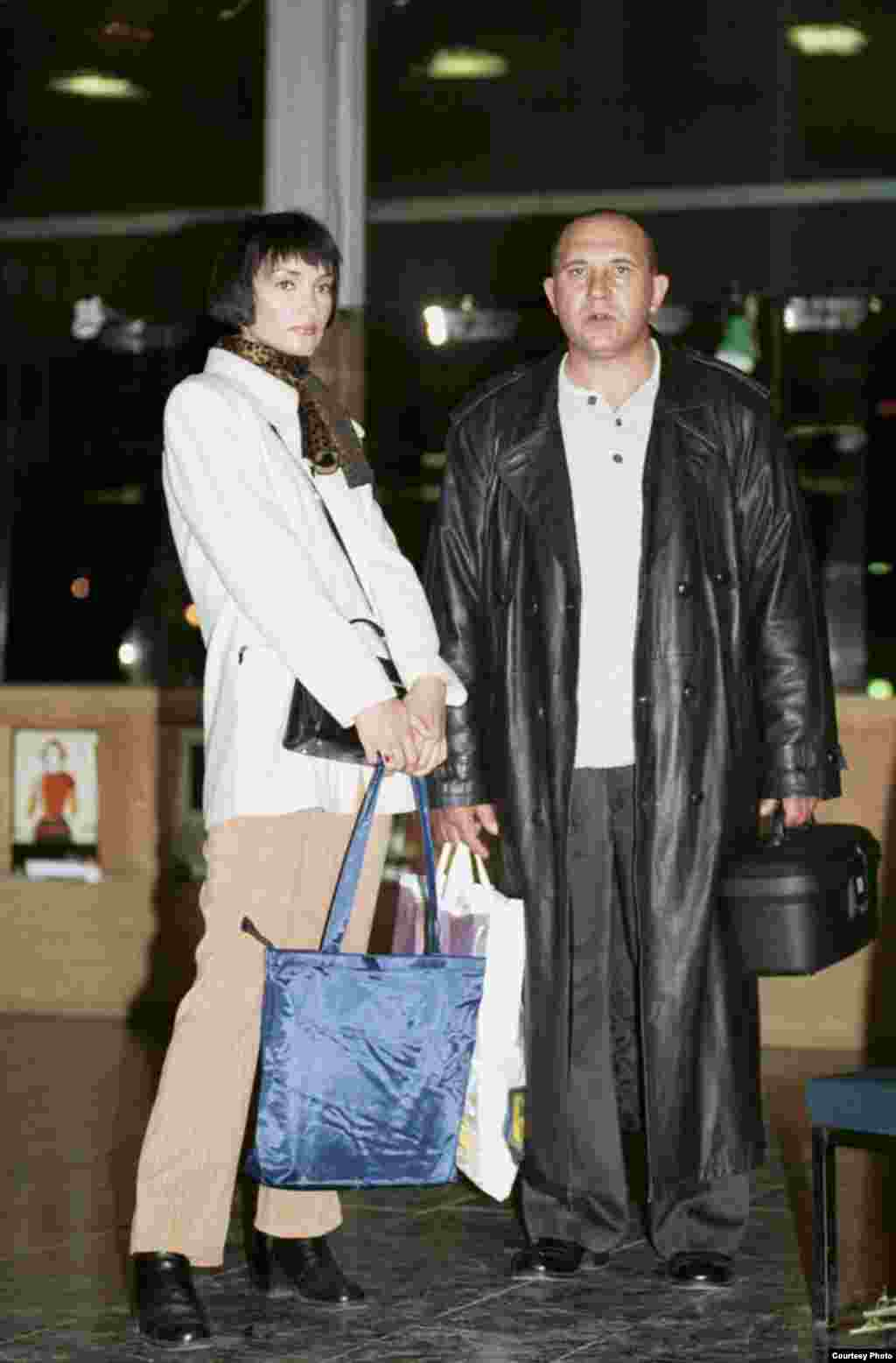 Модель и спонсор после завершения модного показа, 1996.