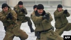 В ГУВД Москвы планируется создание специального подразделения по борьбе с этнической преступностью. На фото: ОМОН во время тренировки.