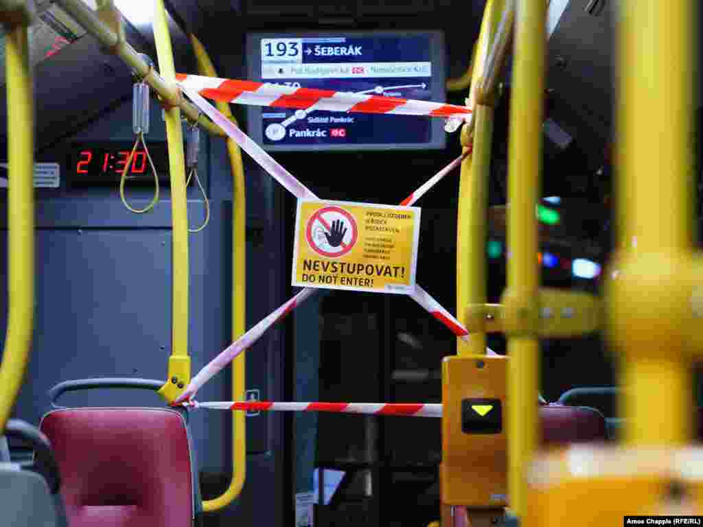 Semn care le interzice pasagerilor să intre pe ușa din dreptul șoferului dintr-un autobuz praghez.