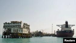 تحميل سفينة بالنفط في ميناء البصرة