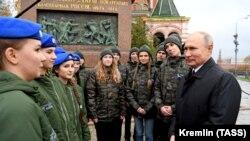Володимир Путін зустрічається з молоддю біля пам'ятника Мініну і Пожарському