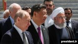 حسن روحانی در کنار رؤسای جمهور چین و روسیه در حاشیه اجلاس شانگهای در خرداد ۹۸