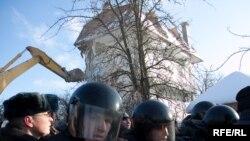 """Московские чиновники объявили: сегодня сноса домов в """"Речнике"""" не будет. Милиция тоже сможет отдохнуть?"""