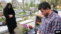 Родители Абдуллы на его могиле